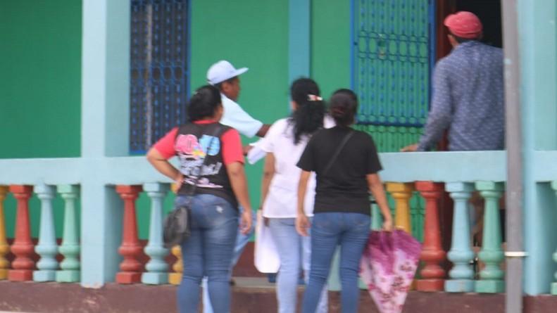 Visita a los hogares en un afán de sensibilizar sobre las medidas higiénicas sanitarias para prevenir el dengue