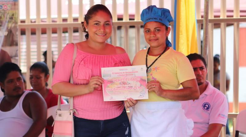 Protagonista de Festival Sabores de Mi Patria muestra el reconocimiento otorgado