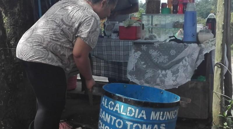 La alcaldía entregó barriles a compañeras que venden quesillo en Santo Tomás