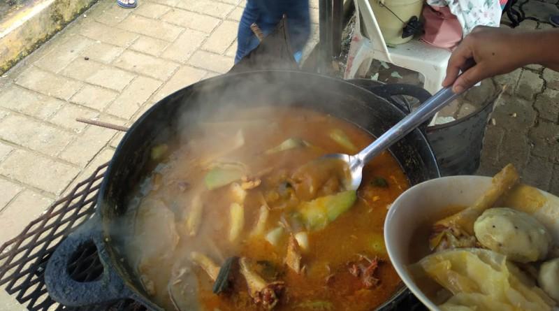 Sopa de gallina india con verduras que retozan en el agitado fuego en Bonanza