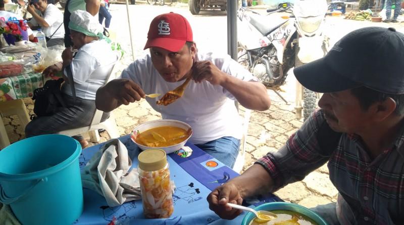 Un comensal saboreando la sopa de gallina india en Bonanza