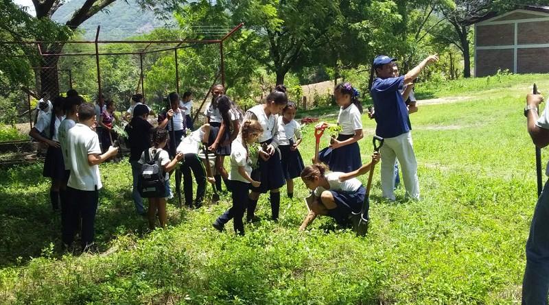 Alumnos de la escuela de la comunidad La Palma en el Sauce en labores de limpieza