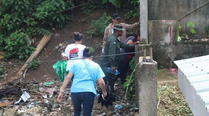 Servidores públicos de la alcaldía de Siuna en visita casa por casa y destruyendo basureros ilegales para prevenir el dengue
