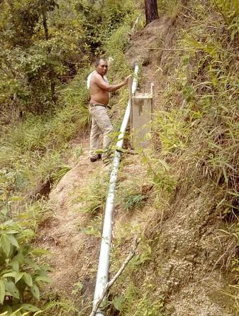 El gobierno local de San Fernando dispuso de 792 mil córdobas para mejorar el sistema de agua potable en la comunidad Aranjuez. (Foto en instalación de tuberías)
