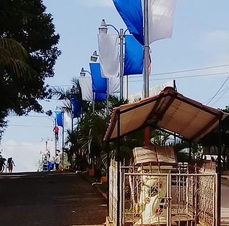 Los símbolos patrios, banderas y escudos ocupan lugares especiales en dos mil 876 infraestructuras públicas donde las banderas azul y blanco ondean en 125 municipios del FSLN. Foto corresponde a Waslala