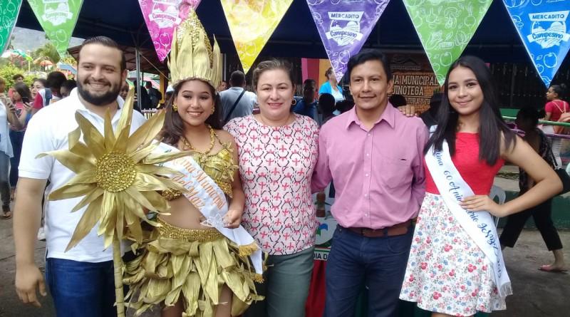 Alcaldesa de Jinotega con la reina del maíz