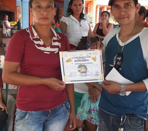 Protagonista de la feria del maíz en Rosita recibe certificado
