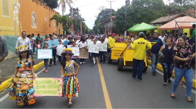 Desfile de sensibilización en torno a la limpieza y reciclaje en San Marcos