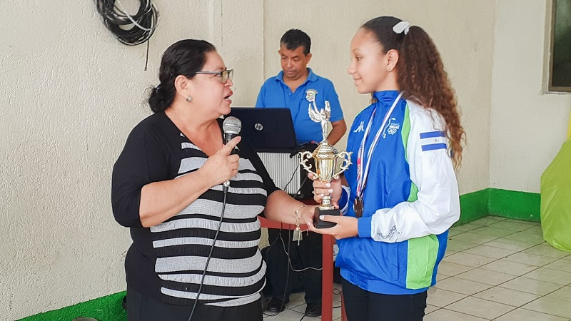 Razellla Pineda campeona centroamericana de ajedrez durante el recibimiento de las autoridades locales de Boaco