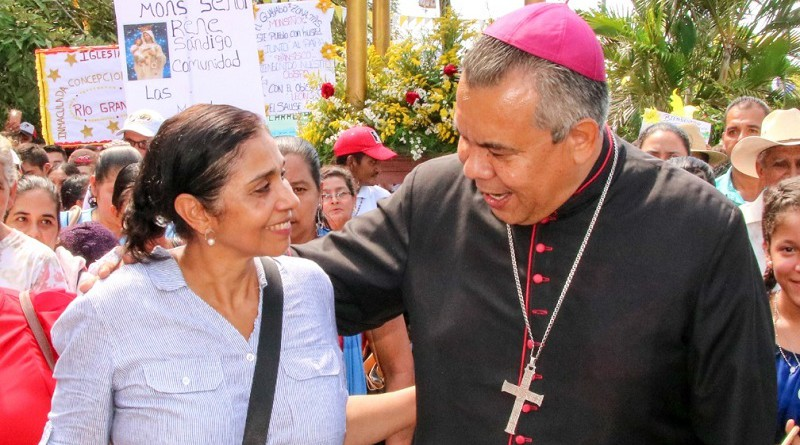 Alcaldesa de León Rosa A Valle con el obispo de León René Sandino durante la celebración del 296 años de la llegada del Cristo Negro a esa urbe y 114 de ser ciudad