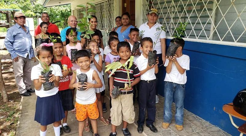 Niños de la escuela  Paiwas de Juigalpa limpian su centro escolar y lo reforestan