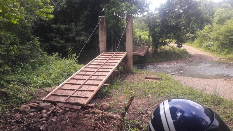 Un puente colgante peatonal en La Colonia, Nueva Guinea, fue construido recientemente para la seguridad peatonal.