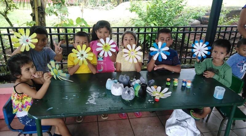 En El Rama, enseñando a los niños al reuso de envases