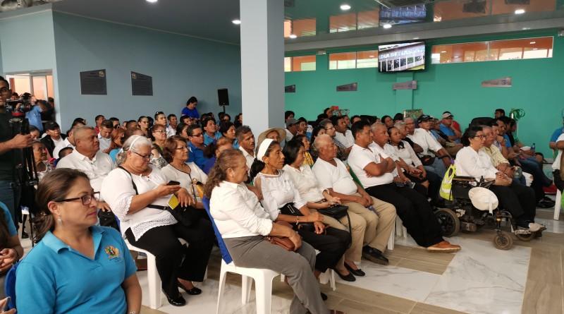 Servidores públicos de instituciones gubernamentales y de la alcaldía e invitados especiales durante la inauguración