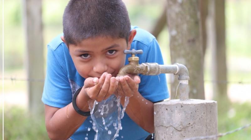 Niño de la comunidad Guayabo-Coperna en Siuna disfruta el agua del sistema que construyó el gobierno local de Siuna con 4 millones 9 mil córdobas