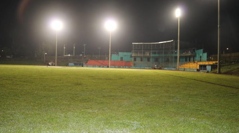 Estadio de Nueva Guinea con potentes luminarias
