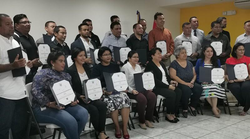 Servidores públicos con la directora de planificación municipal de INIFOM y Ruth Sobalvarro de AACID