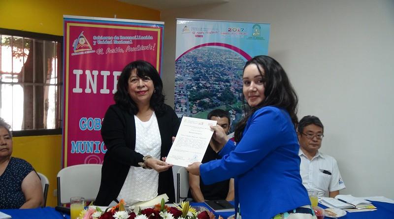 La directora de planificación municipal de Inifom entrega reconocimiento a la excelencia a Caroll Esquivel, la mejor alumna del diplomado estrategia territorial para la prosperidad urbana