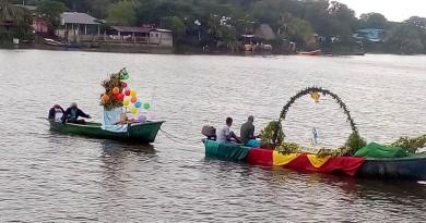 En san Miguelito desfile de carrozas acúaticas