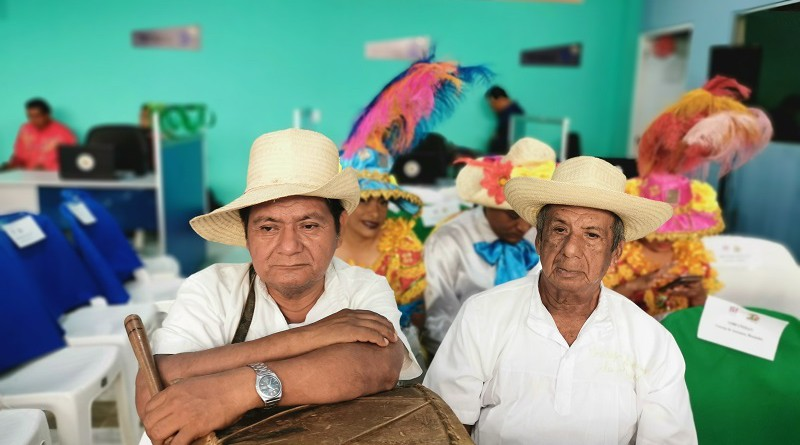 Rafael Rodríguez y Cástulo J Peralta, Miembros del Concejo de Ancianos de Monimbó con el inseparable tambor con los que se llama a los bandos a las tres de la mañana, una tradición centenaria