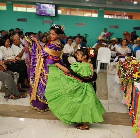 La india bonita y la reina infantil de las fiestas patronales bailan La Vieja Pancha