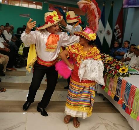 Integrantes del grupo cultural de la alcaldía interpretan El Mate Amargo