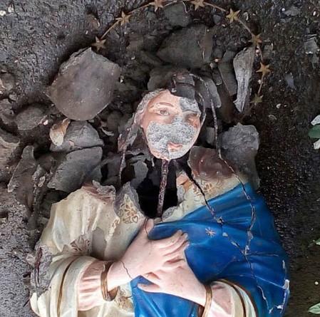 Así vandalizaron la imagen de la Inmaculada que estaba en la entrada del plantel