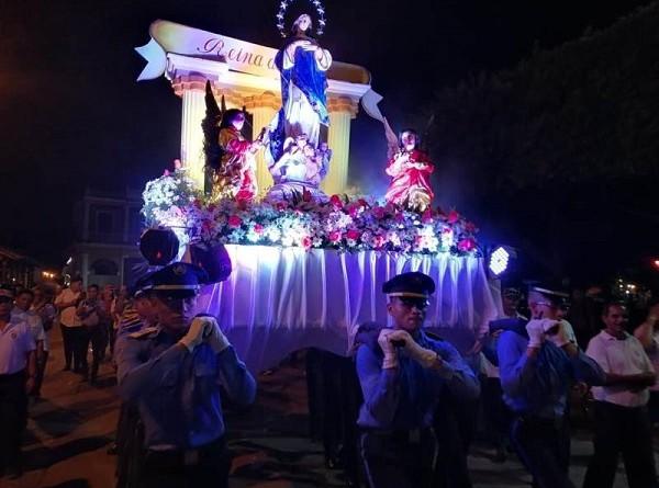 Miembros de la Policía Nacional custodiaron la imagen de la Inmaculada Concepción por las principales calles de Granada hasta llegar a la Plaza de la Independencia donde este cuerpo de la seguridad nacional brindó un delicado concierto a la Madre de Dios.