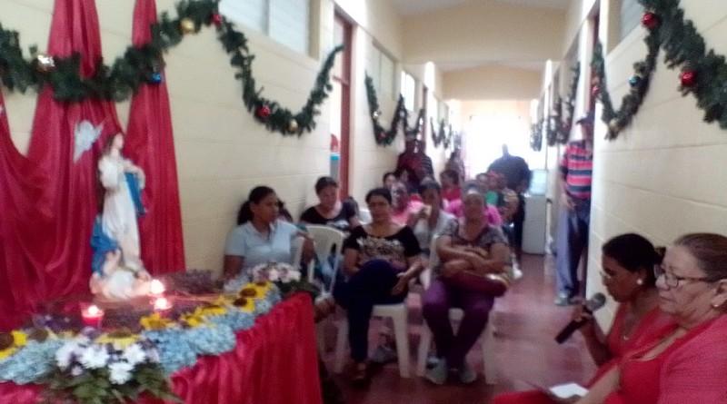 Servidores municipales cantan y rezan a la Virgen