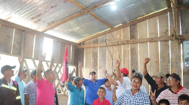 Protagonistas de la comunidad Danly Arriba, Siuna, celebran jubilosos la ampliación de 3.35 de red de energía eléctrica para iluminar 43 viviendas