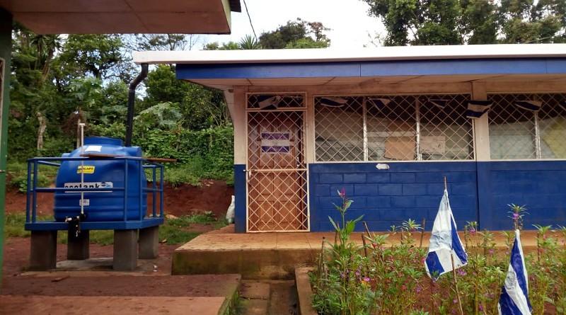 Escuela de Terrabona, con aulas ampliadas e instalación de tanque de agua potable mediante aporte del gobierno local