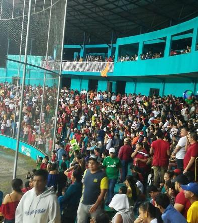 Estadio de béisbol de Nueva Guinea iluminado