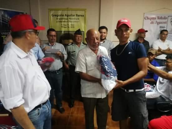 Entrega de uniformes al equipo Los Toros de Chontales que hoy jugarán con Los Dantos en el estadio nacional Denis Martínez
