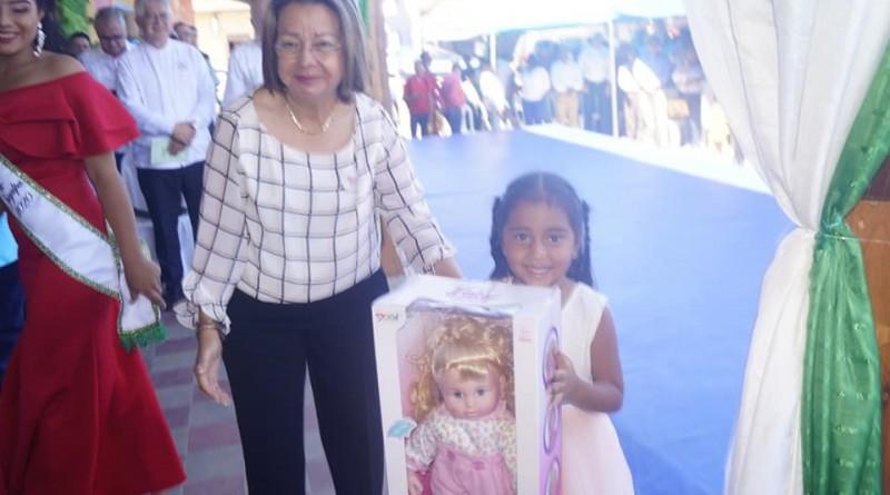 En la ceremonia, la lírica voz de la niña de 5 años, Litzi Camila Lorente , entonando el Himno Nacional y Nicaragua, Nicaragüita, arrebató los aplausos de los asistentes, seguidamente la pequeña recibió una muñeca de manos de la vice alcaldesa María Estelbina Báez.
