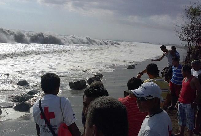 Los fuertes vientos provocan altas mareas y olas