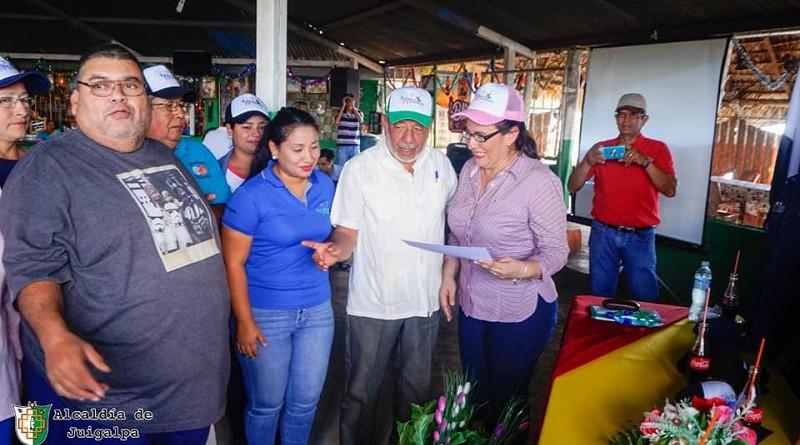Katya Chévez, en representación de la ministra del Marena, entregó al alcalde, Erwing De Castilla, la certificación del Gobierno Nacional que declara Parque Ecológico las Islas Cacaguapa, en la comunidad de Puerto Díaz.