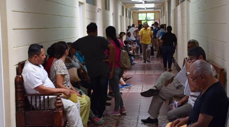 Contribuyentes en espera para pagar sus impuestos en Granada