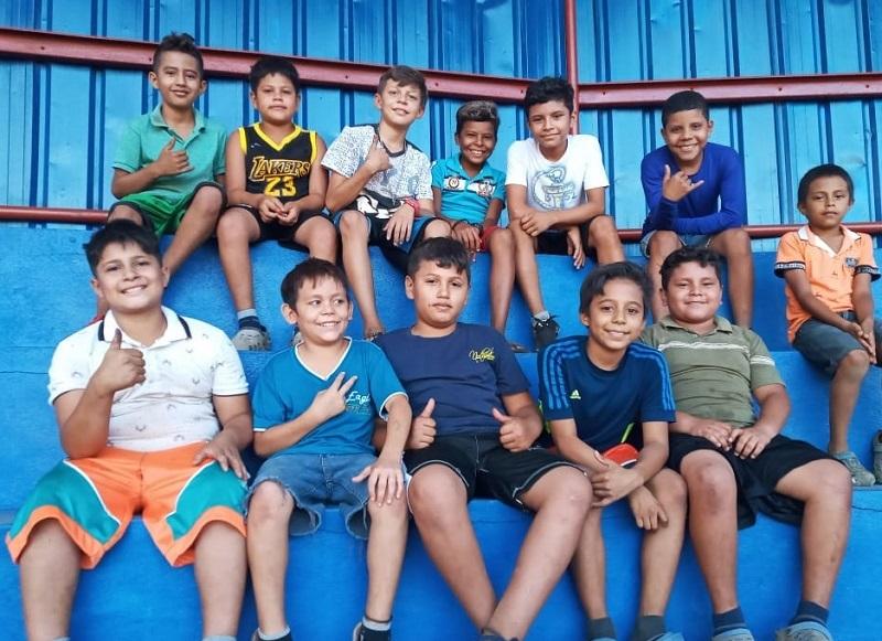 Niños del Valle de Las Zapatas en Larreynaga -Malpaisillo en el estadio local