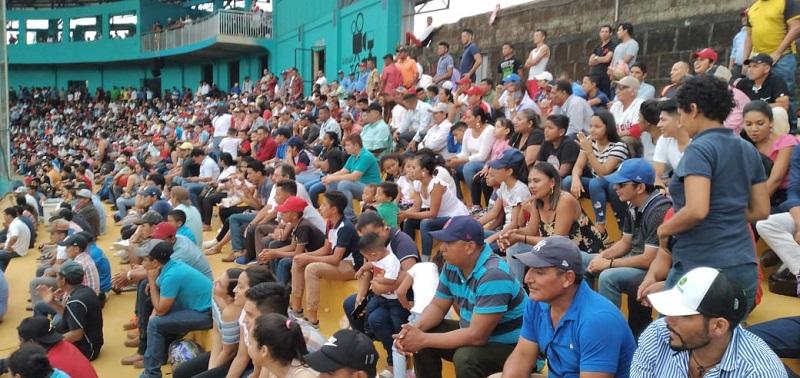 Fanáticos en el juego Gigantes de Zelaya con Defensores del Río san Juan