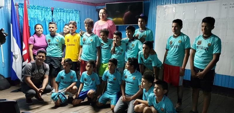 Miembros del equipo de la academia infantil de futbol-sala durante la entrega de uniformes para el torneo municipal