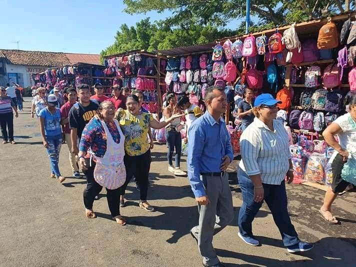 Las ferias de descuentos para dinamizar la economía son una práctica constante de los comerciantes con apoyo de los gobiernos locales.Foto archivo.Feria escolar en  León
