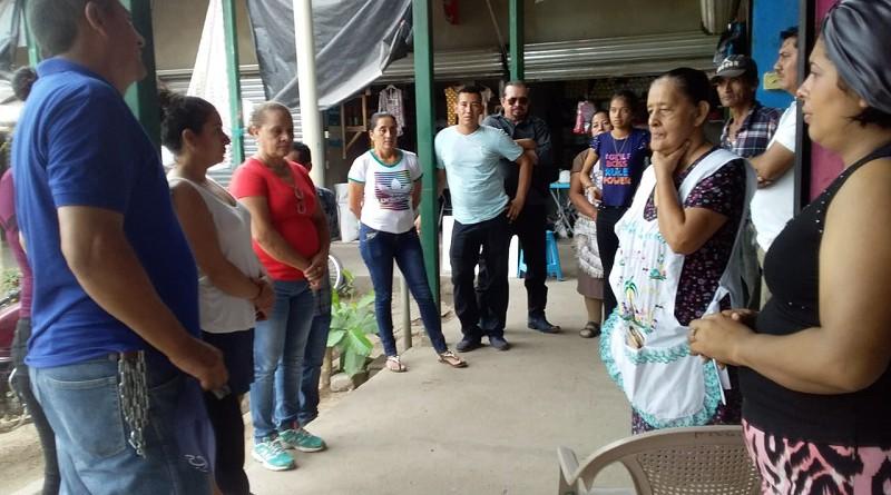 Con comerciantes del mercado local de Achuapa