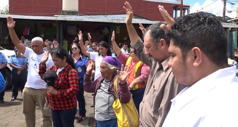 Una oración después del mensaje de prevención en el mercado de Matagalpa