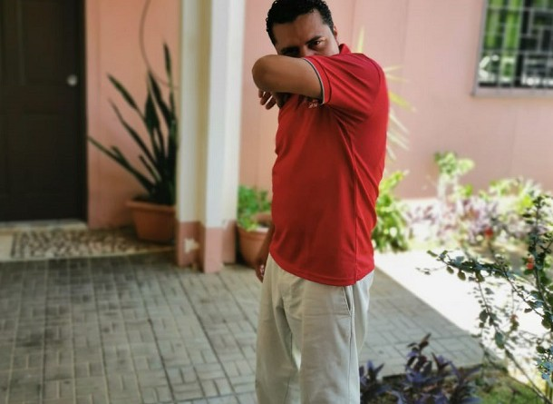 Apoyarse en el antebrazo al estornudar es una medida preventiva