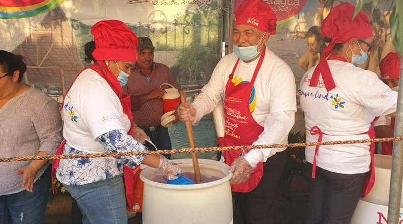 La chicha de maiz negrito en honor a San Benito que reparte Intur el Lunes Santo en León