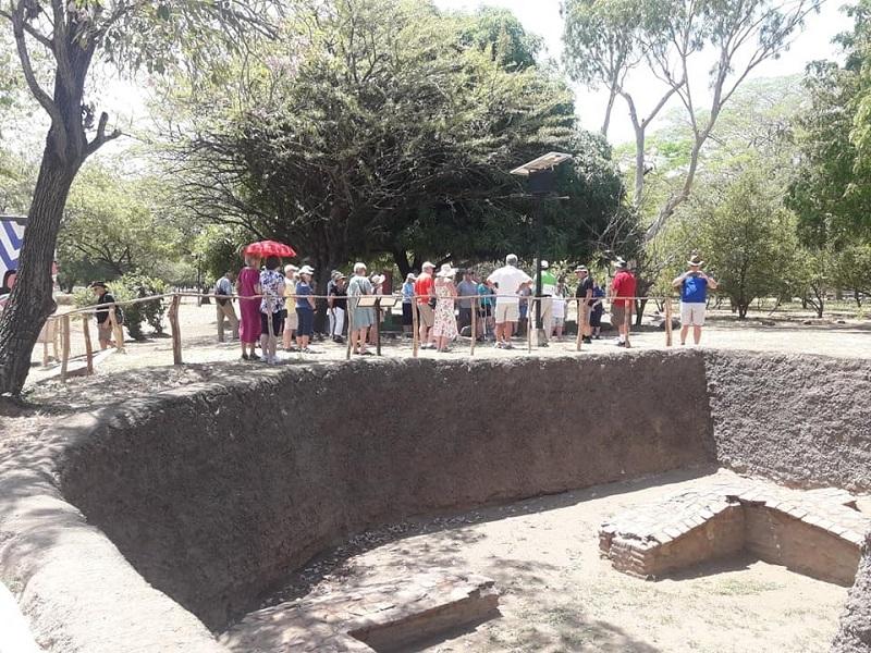 Turistas en el  sitio histórico Ruinas de León Viejo patrimonio histórico-cultural de la humanidad,
