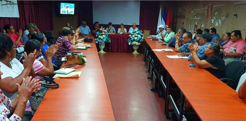 Equipo municipal de León en sesión con la presidenta ejecutiva de Inifom