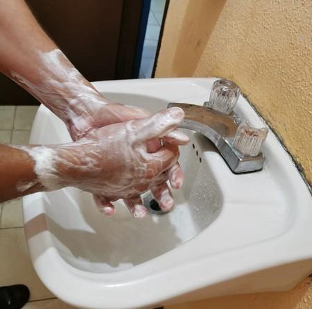 Lavarse frecuentemente las manos  con agua y jabón abundante.Frotar las palmas, los dedos hasta las muñecas