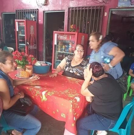 Con las comerciantes de comida en mercado de Muy-Muy