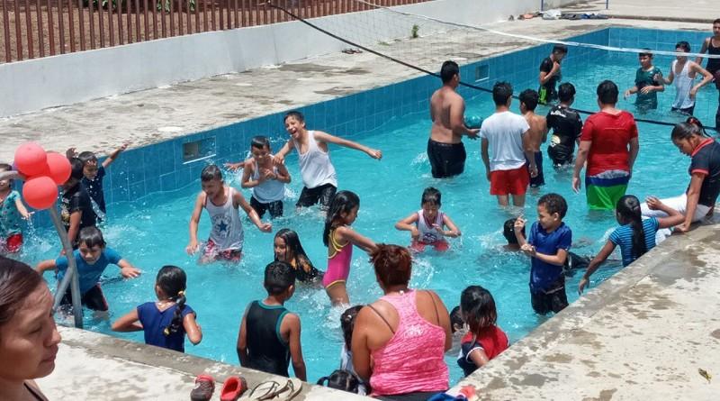 Las familias disfrutan en la piscina del parque de ferias de Diriomo